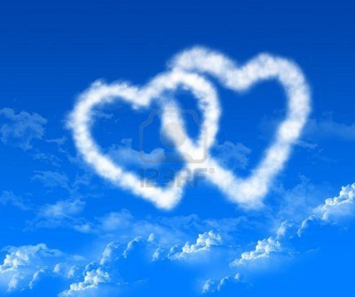 7748387-l-immagine-del-cuore-nel-cielo-blu-di-nuvole